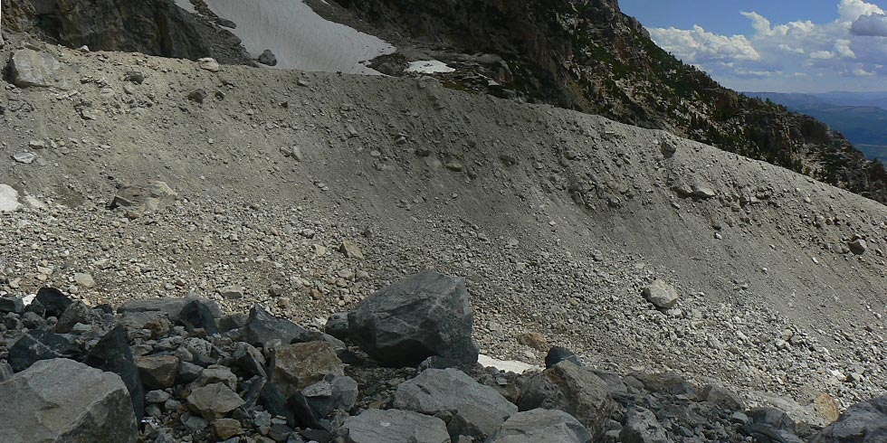 This gray ridge-like glacial moraine of unconsolidated rock debris and glacial flour is relatively young.